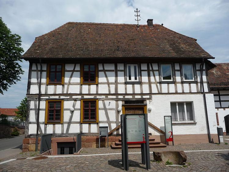 1024px-Herxheimer-Museum-1